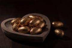 Mini huevos del chocolate, envueltos en hoja de oro Foto de archivo libre de regalías
