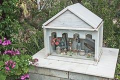 Mini iglesia del borde de la carretera o icono religioso Foto de archivo libre de regalías