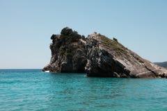 Mini isola con le rocce Fotografia Stock Libera da Diritti