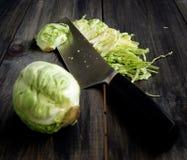 Mini- kål som strimlar kniven royaltyfri foto