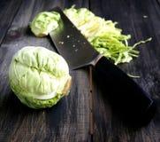 Mini- kål som strimlar kniven royaltyfria bilder