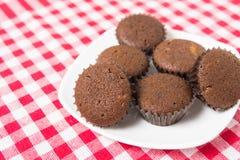 Mini kakaowa muffins przekąska na talerzu Zdjęcie Stock