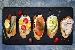 Mini kanapki jedzenia set Brushetta lub autentyczni tradycyjni hiszpańscy tapas dla lunchu stołu Wyśmienicie przekąska, zakąska,  Zdjęcie Stock
