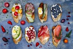 Mini kanapki jedzenia set Brushetta lub autentyczni tradycyjni hiszpańscy tapas dla lunchu stołu Wyśmienicie przekąska, zakąska,  Zdjęcia Royalty Free