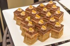 Mini kawowego torta polewa z czekolady rodzynką i prześcieradłem Zdjęcia Royalty Free