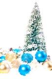 Mini Kerstboom met goud en blauw op sneeuw Stock Fotografie