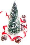 Mini Kerstboom met pinecone op sneeuw Stock Foto's