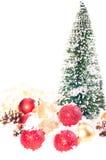 Mini Kerstboom met rode, gouden snuisterijen op sneeuw Royalty-vrije Stock Foto