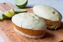 Mini Key Lime Cake com cobertura em chocolate branco imagens de stock