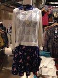 Mini- klänning och kantjusterad tröja, hängande detaljhandel, bohoblick, blom- kimono Royaltyfria Foton