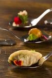 Mini- kopp med tesmet som är välfylld med den lagade mat nötkreaturs- tungan i en sked Royaltyfria Foton