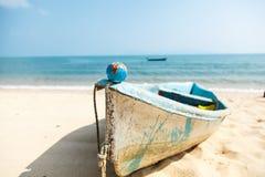 Mini kula ziemska na łodzi na oceanu tle Zdjęcia Stock