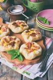 Mini kulebiaki robić ptysiowy ciasto, custard i karmelizujący rabarbar, wypiekowy domowej roboty Wyśmienicie świeżo piec ciastka  Fotografia Stock