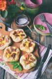 Mini kulebiaki robić ptysiowy ciasto, custard i karmelizujący rabarbar, wypiekowy domowej roboty Wyśmienicie świeżo piec ciastka  Zdjęcia Stock
