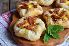 Mini kulebiaki robić ptysiowy ciasto, custard i karmelizujący rabarbar, wypiekowy domowej roboty Wyśmienicie świeżo piec ciastka  Zdjęcia Royalty Free