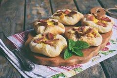 Mini kulebiaki robić ptysiowy ciasto, custard i karmelizujący rabarbar, wypiekowy domowej roboty Wyśmienicie świeżo piec ciastka  Obraz Stock