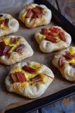 Mini kulebiaki robić ptysiowy ciasto, custard i karmelizujący rabarbar, wypiekowy domowej roboty Wyśmienicie świeżo piec ciastka  Obraz Royalty Free