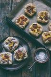Mini kulebiaki robić ptysiowy ciasto, custard i karmelizujący rabarbar, wypiekowy domowej roboty Wyśmienicie świeżo piec ciastka  Zdjęcie Royalty Free