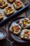 Mini kulebiaki robić ptysiowy ciasto, custard i karmelizujący rabarbar, wypiekowy domowej roboty Wyśmienicie świeżo piec ciastka  Zdjęcie Stock
