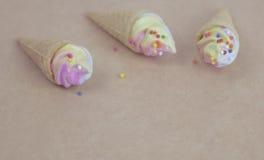 Mini lody rożek z tęcza kolorem kropi Fotografia Stock