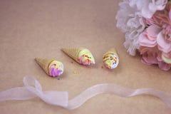 Mini lody rożek z tęcza kolorem kropi Fotografia Royalty Free