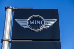 Mini- logotecken nära en bilåterförsäljare Arkivbilder