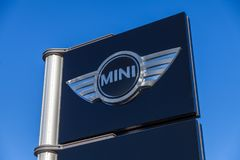 Mini- logotecken nära en bilåterförsäljare Royaltyfria Bilder