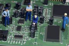 Mini ludzie naprawiać Fotografia Stock