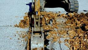 Mini máquina escavadora com cubeta estreita filme