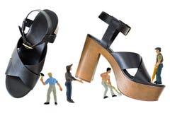 Mini mężczyzna pracuje na czarnych szpilki butach z otwartym palec u nogi krzyżują st zdjęcie stock
