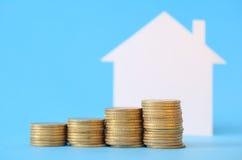 Mini maison avec l'argent Photos stock