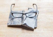 Mini Manual, vidros e malote camuflados Fotos de Stock Royalty Free
