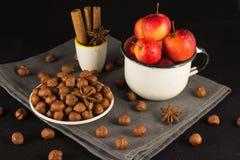 Mini manzanas en taza en fondo negro Imagen de archivo libre de regalías