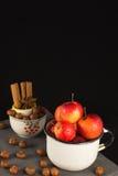 Mini manzanas en taza en fondo negro Copia-espacio Imagen de archivo