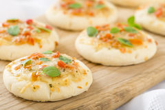 Mini Margherita Pizzas Lizenzfreie Stockfotos