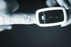 Mini medidor cardíaco do pulso do dedo Imagem de Stock