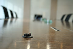 Mini micrófono en la sala de conferencias Fotos de archivo libres de regalías