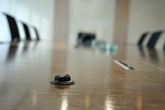 Mini microfone na sala de conferências Fotos de Stock Royalty Free
