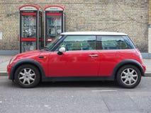 Mini Minor rojo en Londres Fotografía de archivo