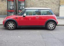 Mini Minor vermelho em Londres Imagens de Stock Royalty Free