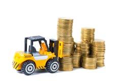Mini moeda da pilha da carga do caminhão de empilhadeira com etapas da moeda de ouro, Fotografia de Stock