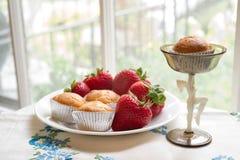 Mini molletes y fresas frescas Imagenes de archivo