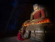 Mini Monk in meditatie binnen tempel in Bagan Stock Fotografie