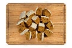 Mini morceaux de gâteau à la carotte de plat en bois Photographie stock libre de droits