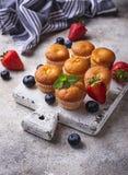 Mini- muffin för sommar med bäret royaltyfria bilder