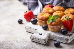 Mini- muffin för sommar med bäret arkivfoton