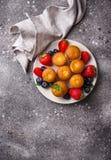Mini- muffin för sommar med bäret fotografering för bildbyråer