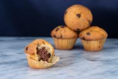 Mini- muffin med chokladchiper och kakaofyllning Arkivfoto