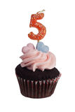Mini- muffin med nummer fem stearinljus Royaltyfria Bilder