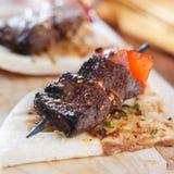 Mini no espeto do bife do lombo com pão do pão árabe Imagem de Stock